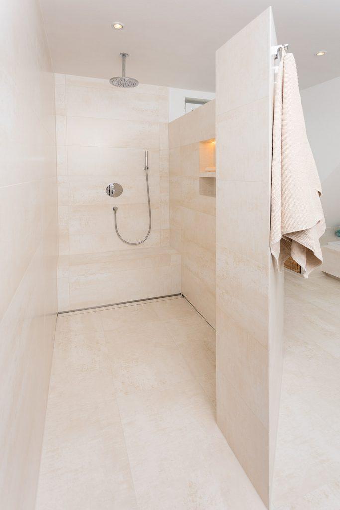 Schön & bequem: Bodengleiche Duschen mit fast unsichtbaren Fugen und dezentem Abfluss.