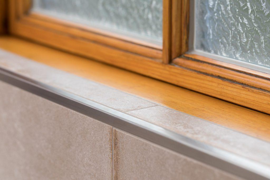 Makellos schöne Fensterkanten mit Metallschienen.