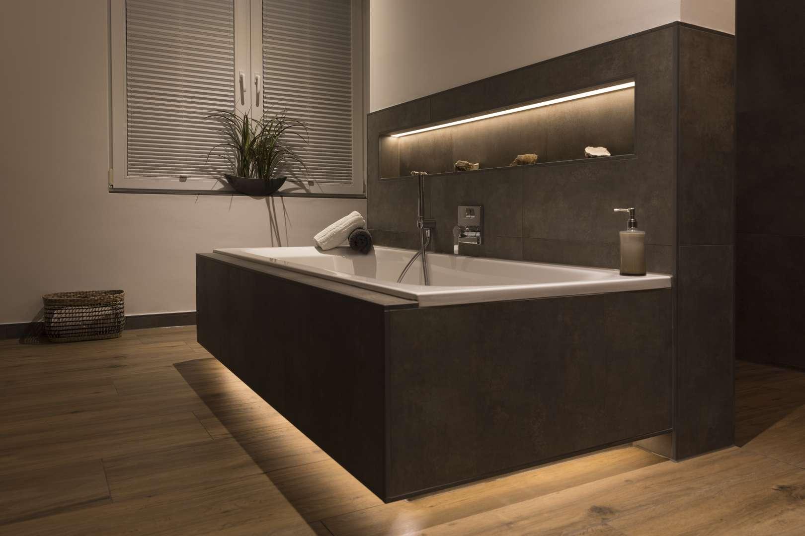 Badezimmer mit Beton- & Holzoptik und indirekter Beleuchtung