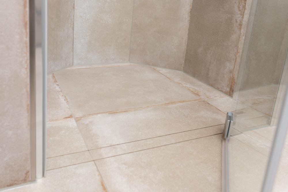 Stilvoll & bequem duschen mit dezentem Abfluss, der sich kinderleicht reinigen lässt.