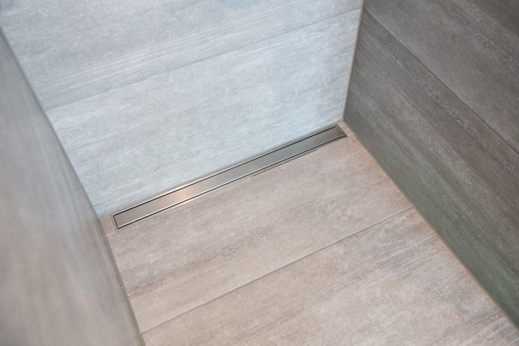 Scheinbar fugenlose Oberfläche: Mit Fliesenplatten und feinen Fugen in der passenden Farbe. Dazu passt ideal der pflegeleichte Duschabfluss aus Edelstahl.