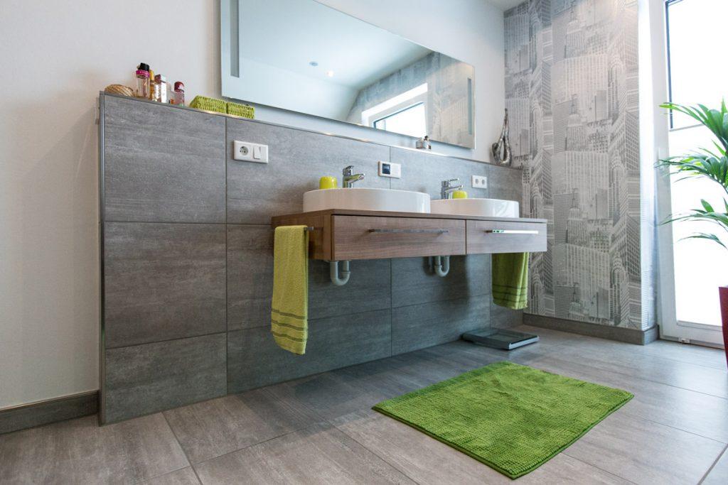 Dein Bad mit Charakter: Hochwertige Betonoptik, bei der jede Fliesentafel ein Unikat ist. Wandelbar durch farbige Accessoires.