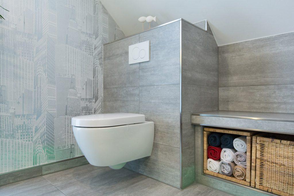 Kunstvolle Betonoptik mit Wandmuster. Eingebauter Stauraum inklusive.