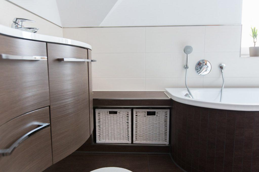 Jeder Winkel wird perfekt genutzt und farblich abgestimmt. Die Nische mit den Körbchen passt ins Bad wie angegossen.