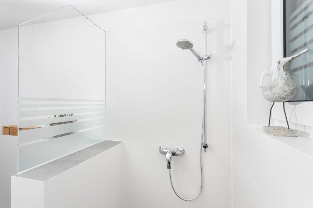 Perfekt gelöst: Duschabtrennung & Raumteiler mit schmuckem Glaseinsatz. Ideal für kleine Bäder.