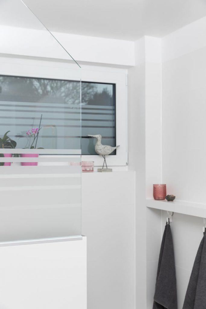 Durchdacht: Glas- Raumteiler und Duschabtrennung in einem.