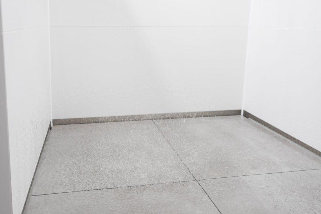 Läuft… Mit unscheinbarem, sauber eingebautem Abfluss am Rand.