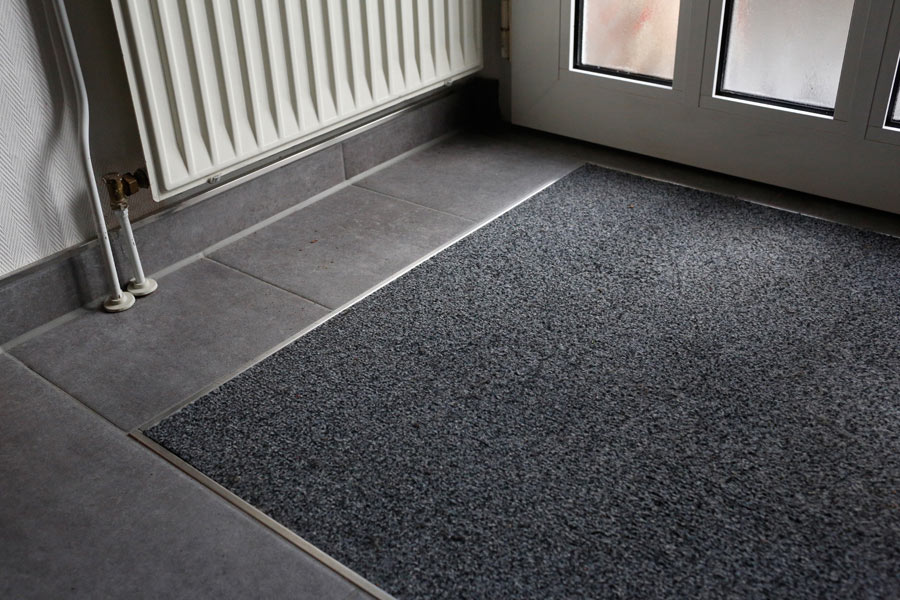 Sauber und sicher bis zur Haustür. Die Sauberlaufmatte wird nahtlos und stolperkantenfrei mit einer schicken Metallschiene abgeschlossen.