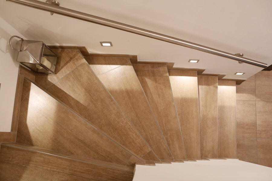 Angenehme, indirekte Beleuchtung für deinen Treppenaufgang. Mit Wandleuchten, die die Treppenstufen ausleuchten und erhellen.