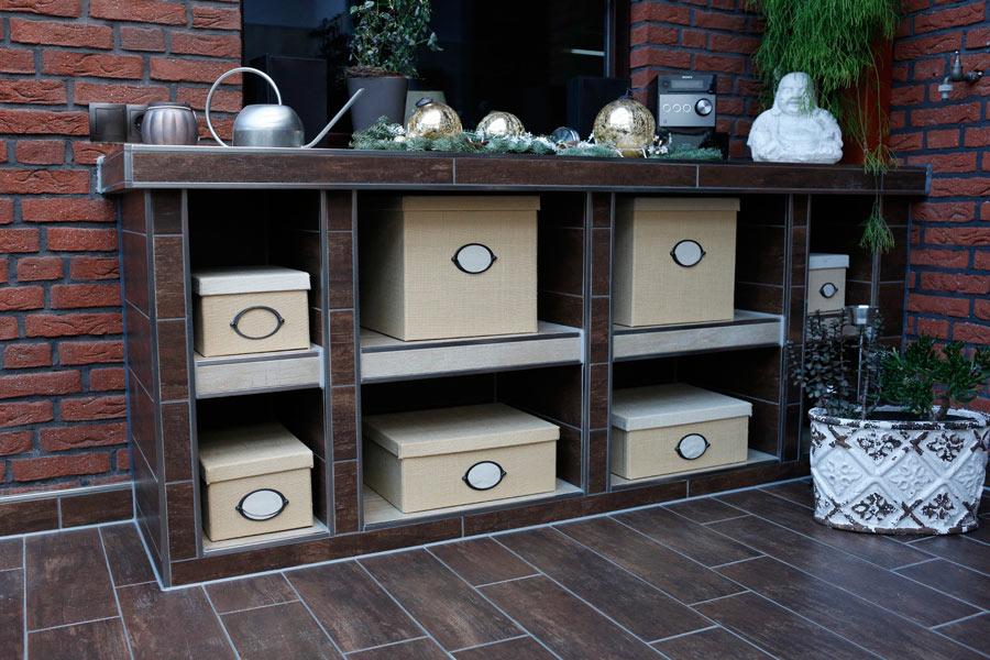 So schön kann Stauraum sein: Geflieste Unikat-Möbel schmuck in Wand und Boden integriert.